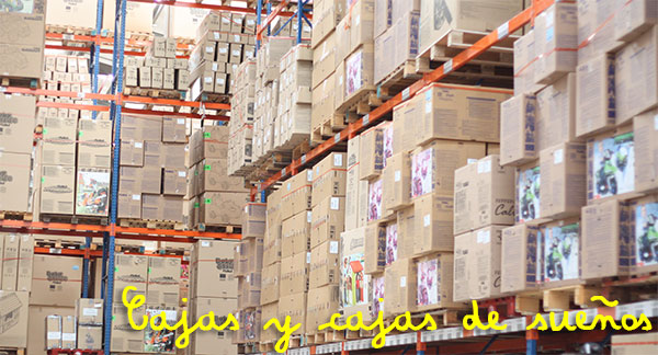 almacen-cajas-fabrica-famosa_PintandoUnaMama