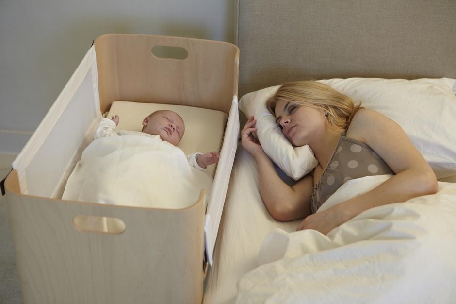 Cuna de colecho bednest pintando una mam pintando una - Cunas que se convierten en camas ...