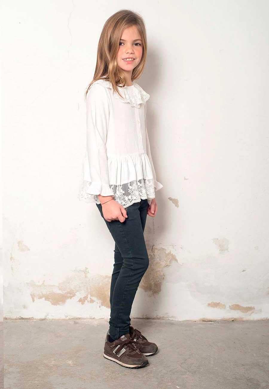 camisa_blanca_con_estilo_nina